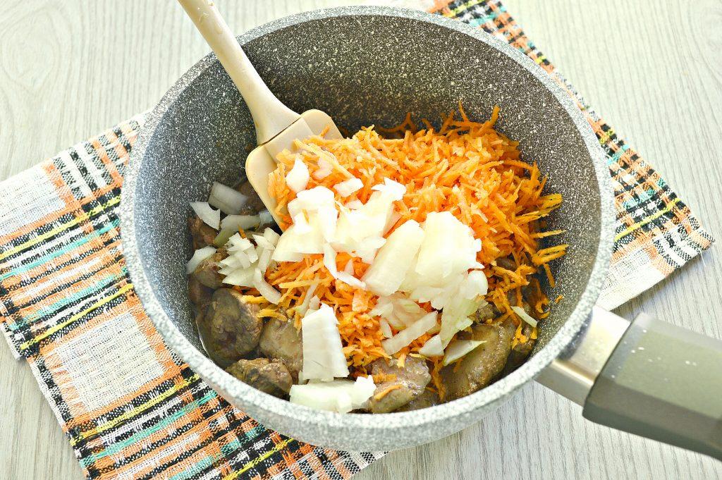 Фото рецепта - Куриная печень, тушенная с болгарским перцем и помидором - шаг 3