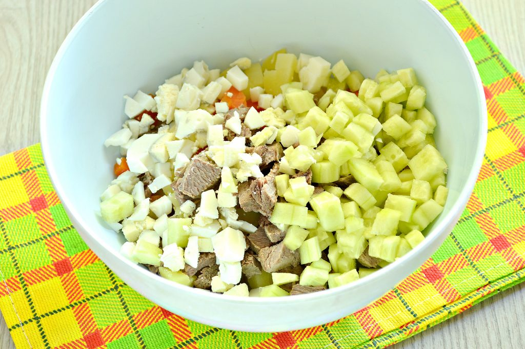 Фото рецепта - Мясной салат со свежим огурцом и вареными овощами - шаг 3