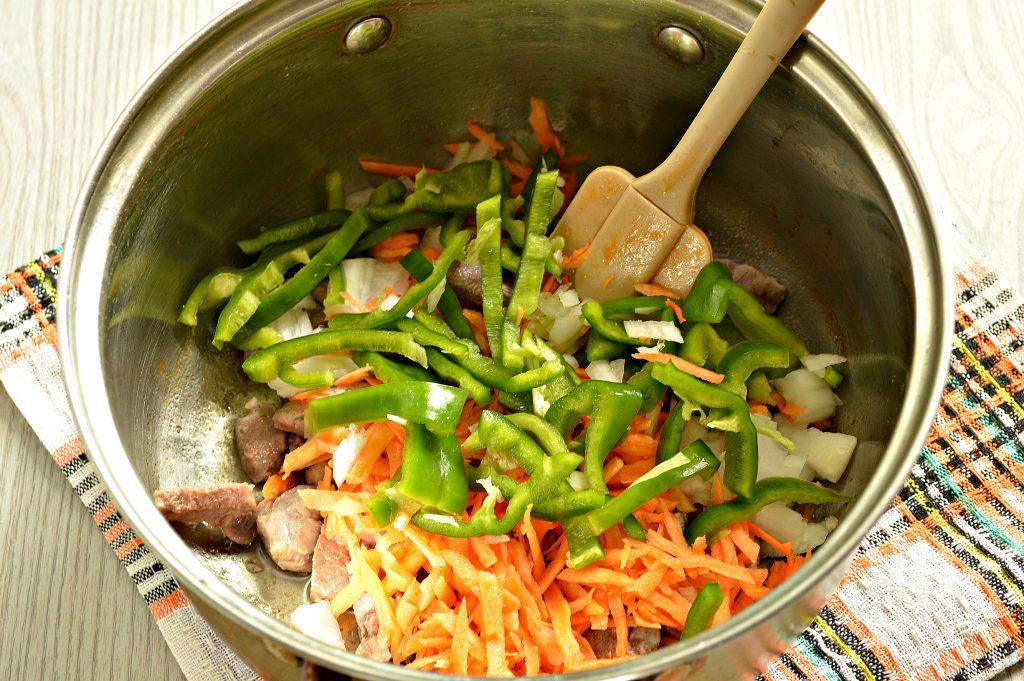 Фото рецепта - Свинина, тушенная с картофелем, болгарским перцем и капустой - шаг 3