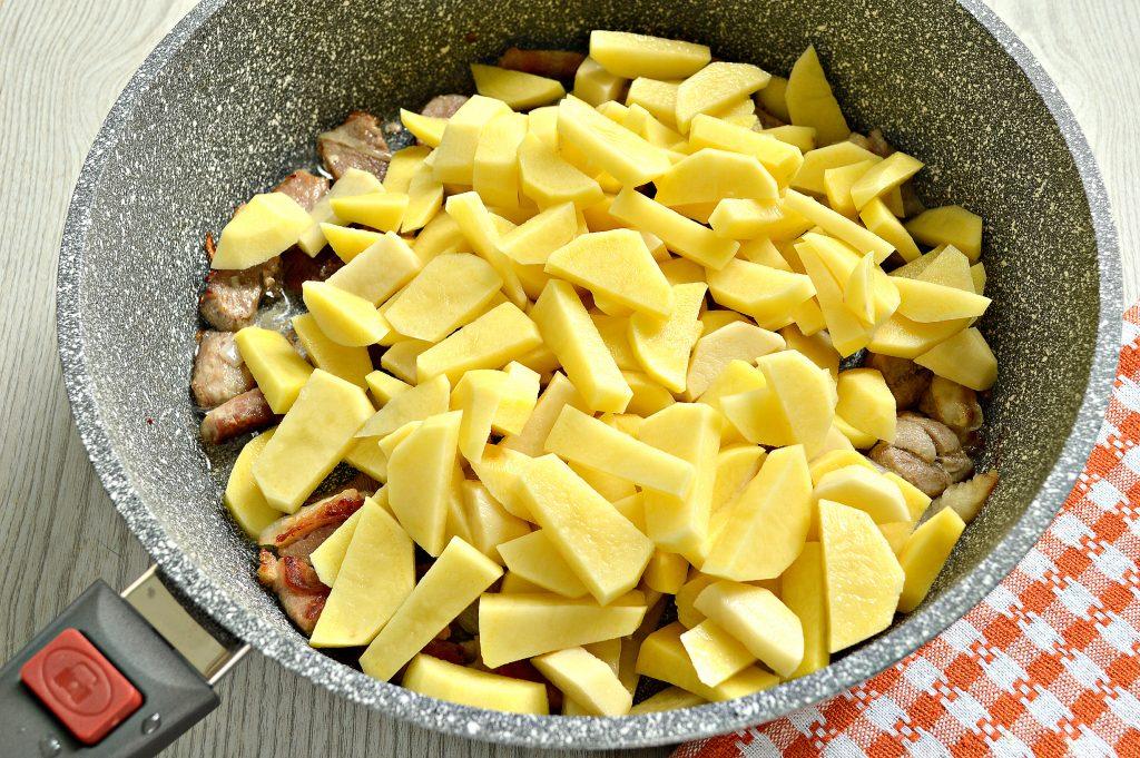 Фото рецепта - Жареная картошка со свининой на сковороде - шаг 3