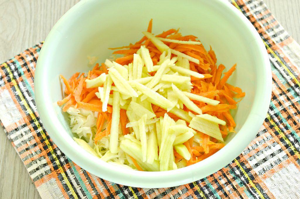 Фото рецепта - Капустный салат с яблоком, морковью и уксусной заправкой - шаг 3