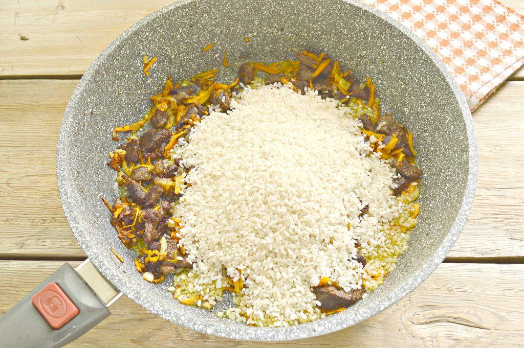 Фото рецепта - Говядина с рисом на сковороде - шаг 3
