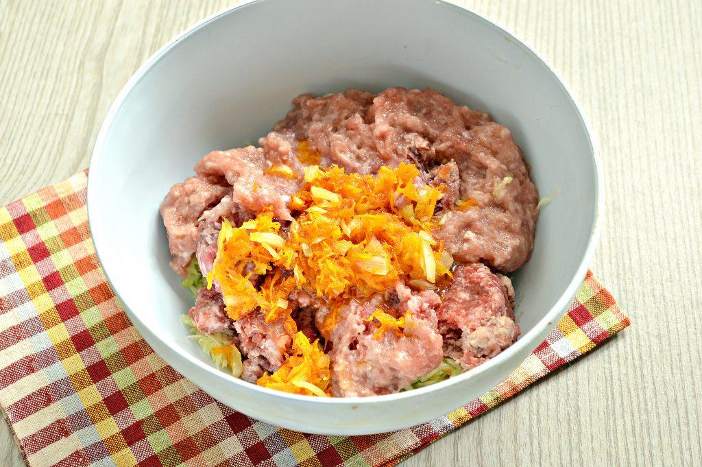 Фото рецепта - Нежные мясные котлеты с кабачком - шаг 3
