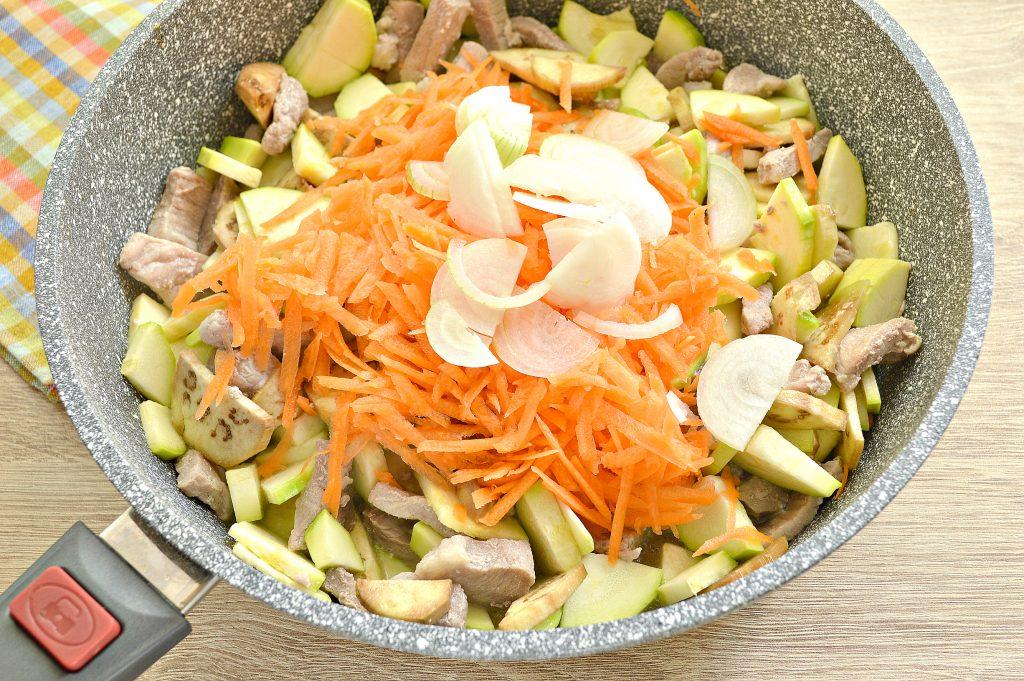 Фото рецепта - Свинина, тушеная с кабачками, баклажанами, помидорами и перцем (рагу) - шаг 3