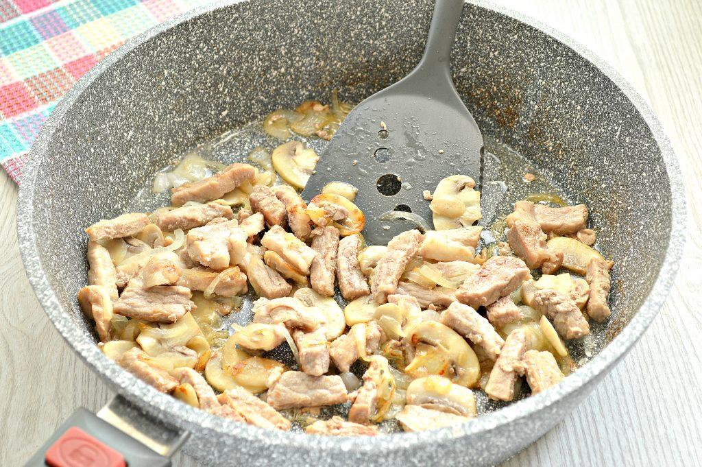 Фото рецепта - Свинина, тушенная с грибами и картофелем на сковороде - шаг 3