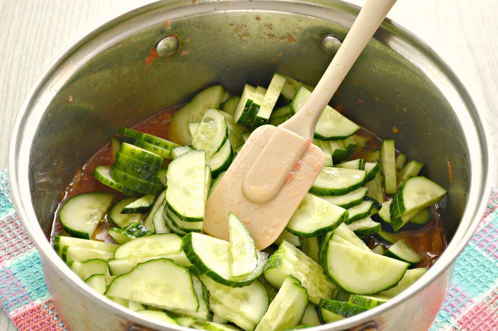 Фото рецепта - Салат-лечо из огурцов и помидоров - шаг 3