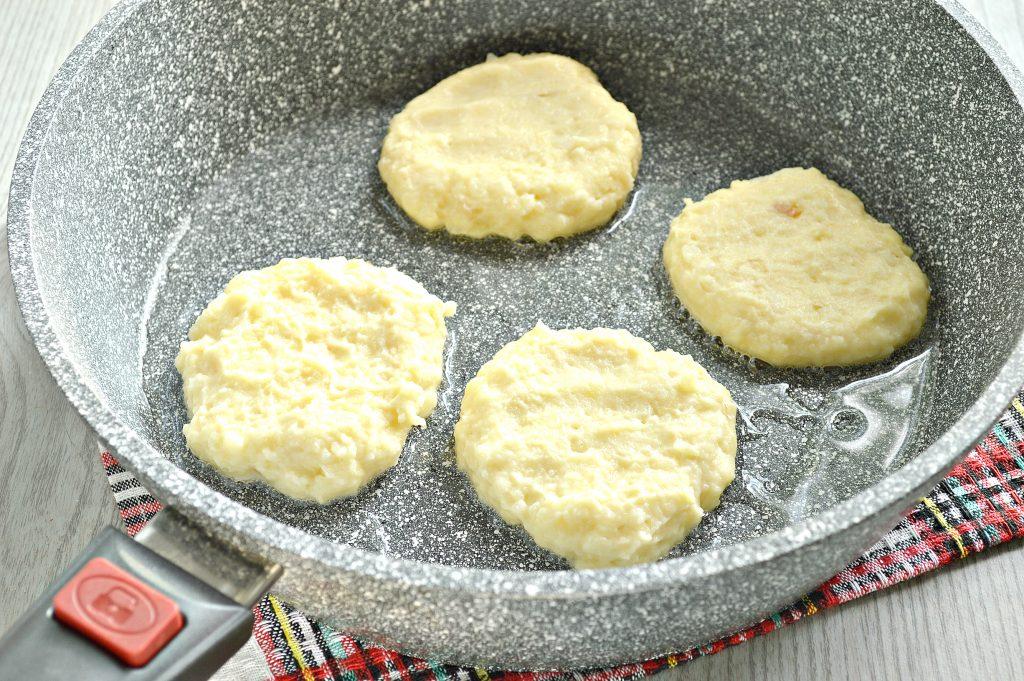 Фото рецепта - Оладьи из картофельного пюре с сыром и помидором - шаг 3