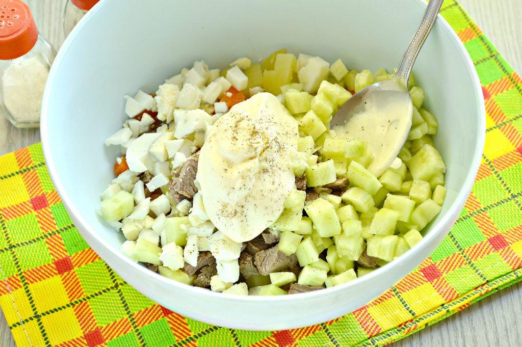 Фото рецепта - Мясной салат со свежим огурцом и вареными овощами - шаг 4