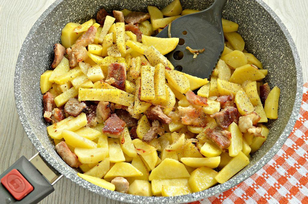 Фото рецепта - Жареная картошка со свининой на сковороде - шаг 4