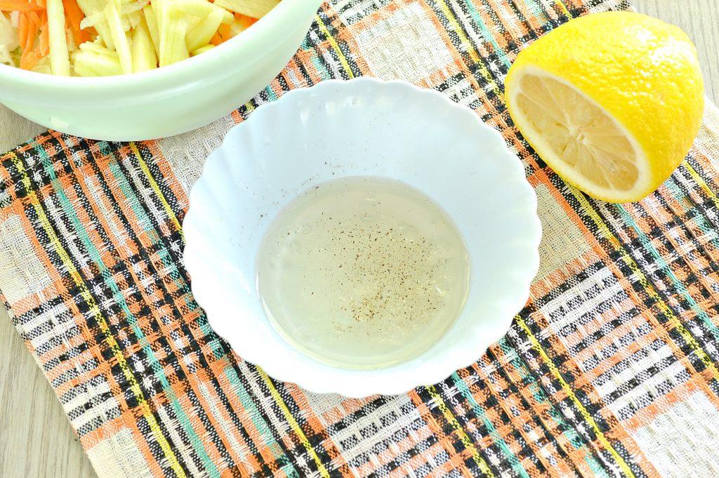Фото рецепта - Капустный салат с яблоком, морковью и уксусной заправкой - шаг 4