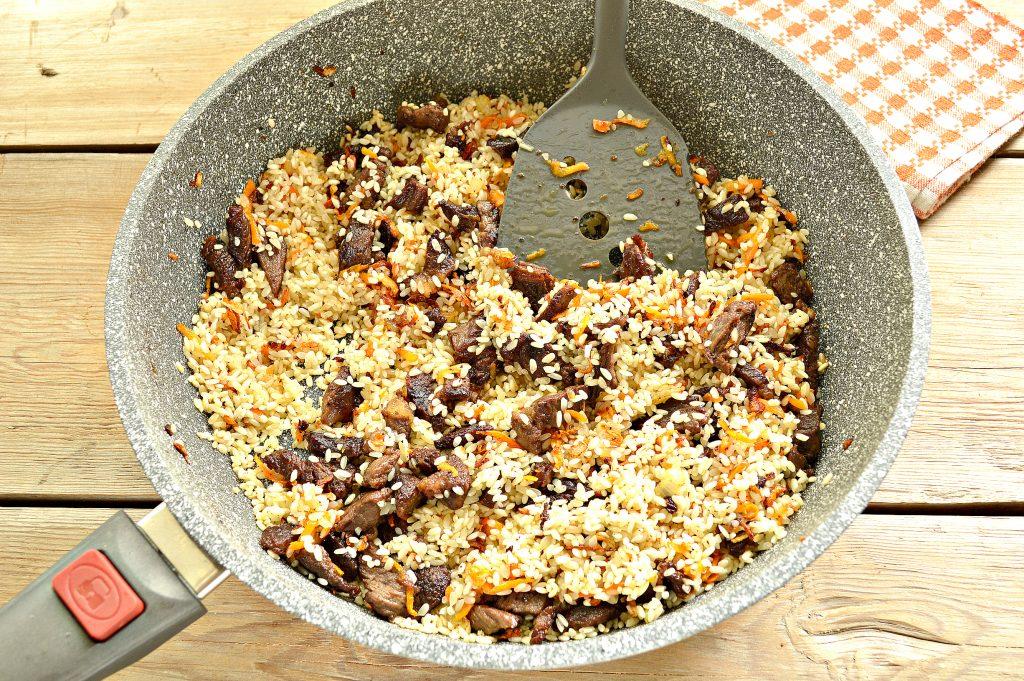 Фото рецепта - Говядина с рисом на сковороде - шаг 4
