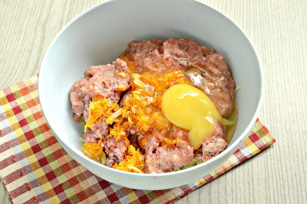 Фото рецепта - Нежные мясные котлеты с кабачком - шаг 4