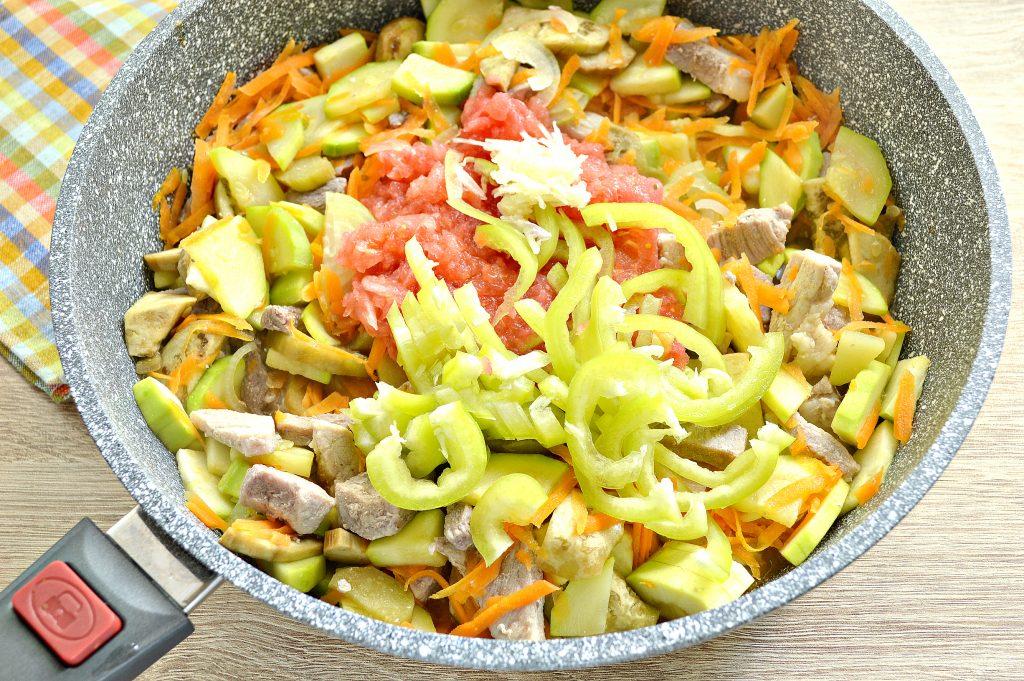 Фото рецепта - Свинина, тушеная с кабачками, баклажанами, помидорами и перцем (рагу) - шаг 4