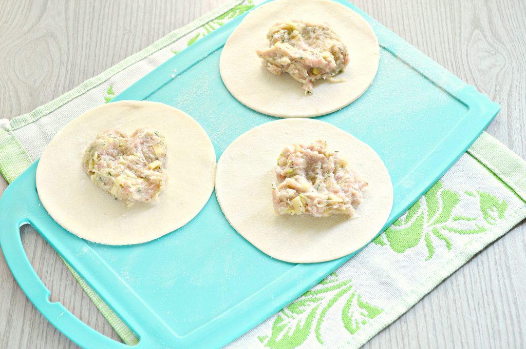 Фото рецепта - Манты с кабачком, картофелем и фаршем - шаг 4
