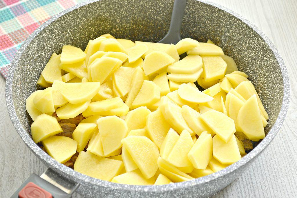 Фото рецепта - Свинина, тушенная с грибами и картофелем на сковороде - шаг 4