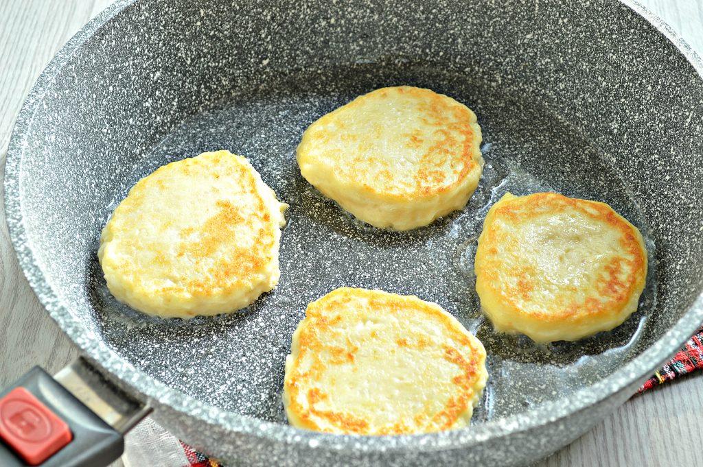 Фото рецепта - Оладьи из картофельного пюре с сыром и помидором - шаг 4