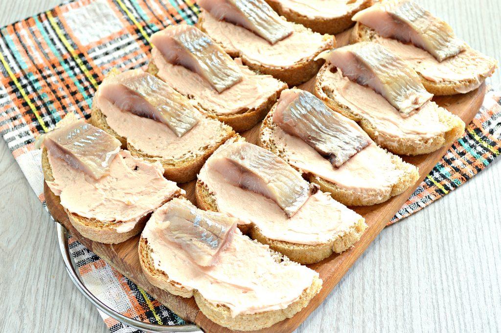 Фото рецепта - Бутерброды с сельдью и огурцом - шаг 4