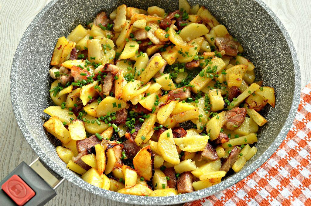Фото рецепта - Жареная картошка со свининой на сковороде - шаг 5