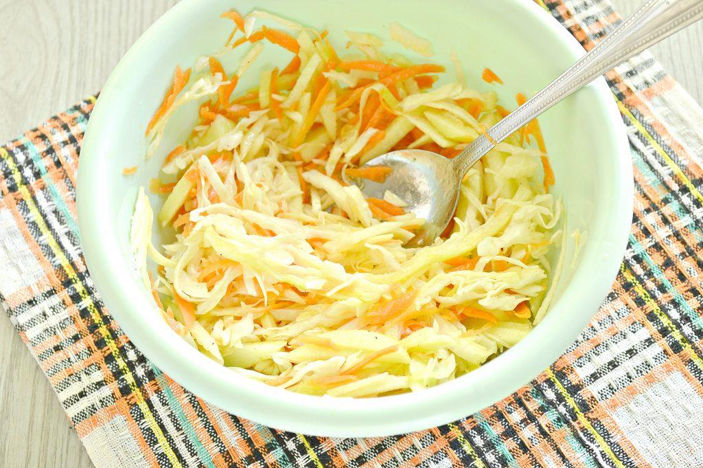 Фото рецепта - Капустный салат с яблоком, морковью и уксусной заправкой - шаг 5