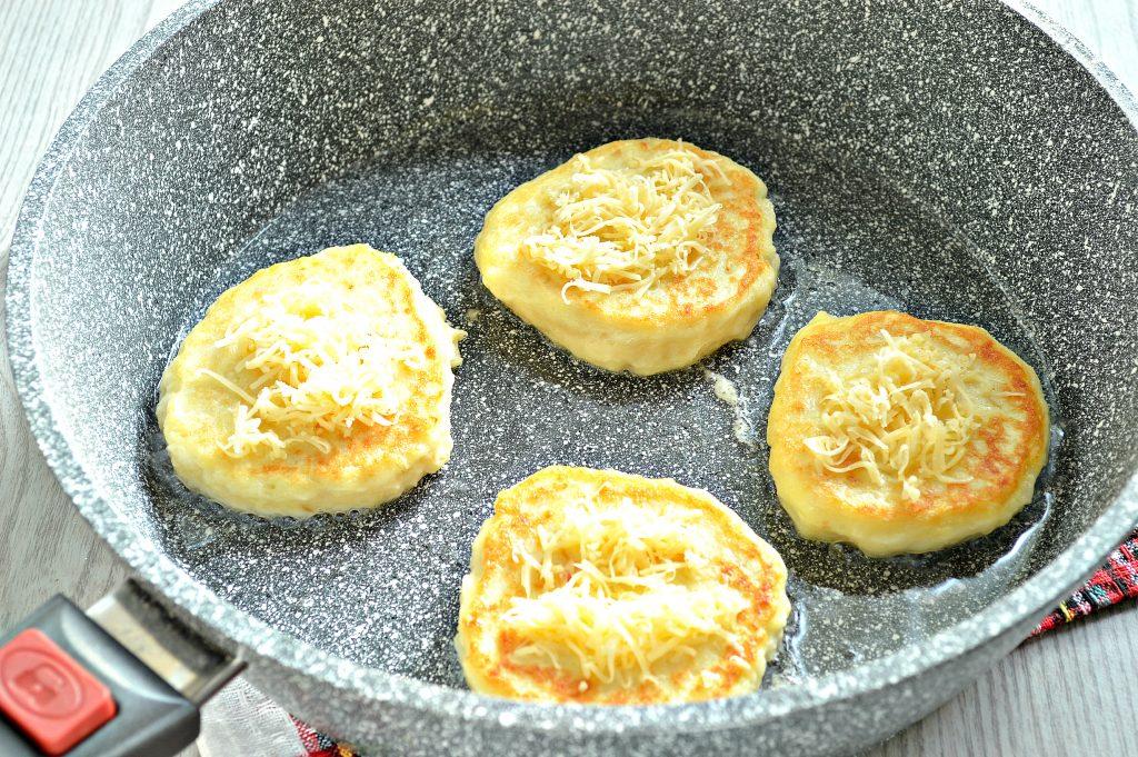 Фото рецепта - Оладьи из картофельного пюре с сыром и помидором - шаг 5