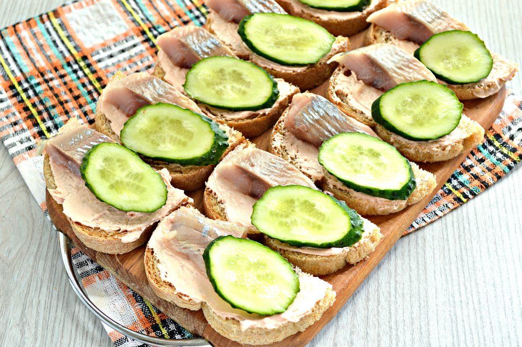 Фото рецепта - Бутерброды с сельдью и огурцом - шаг 5