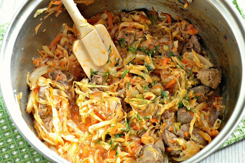 Фото рецепта - Солянка из капусты, тушеная с куриной печенью - шаг 6