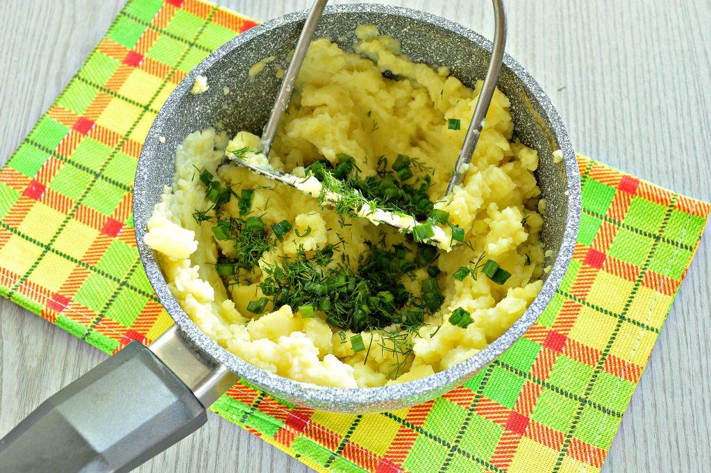 Фото рецепта - Картофельное пюре с зеленью и молоком - шаг 6