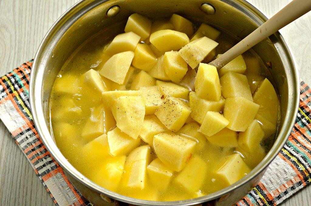 Фото рецепта - Свинина, тушенная с картофелем, болгарским перцем и капустой - шаг 6