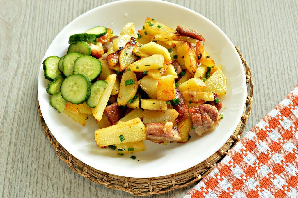 Фото рецепта - Жареная картошка со свининой на сковороде - шаг 6