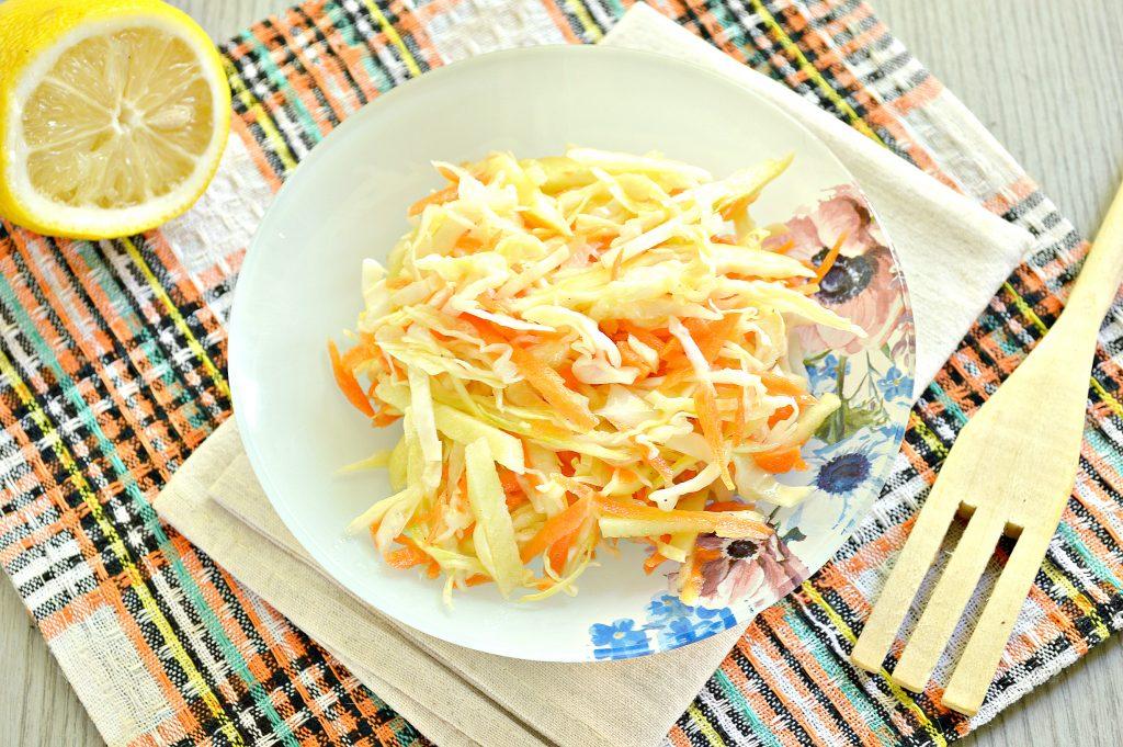 Фото рецепта - Капустный салат с яблоком, морковью и уксусной заправкой - шаг 6