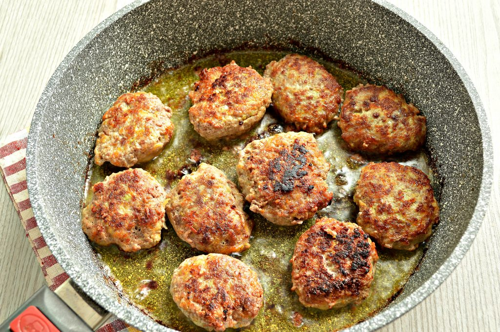 Фото рецепта - Нежные мясные котлеты с кабачком - шаг 6