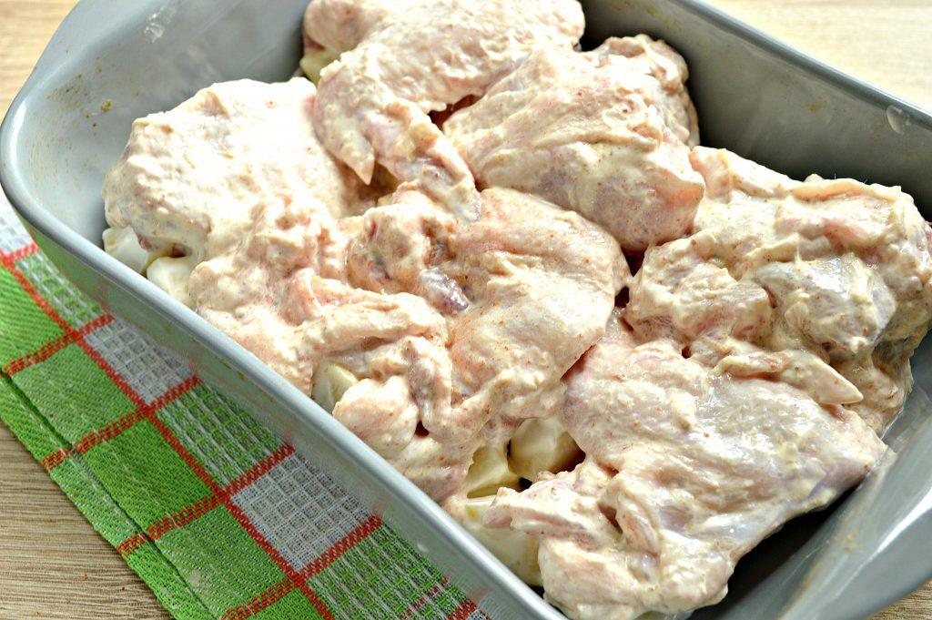 Фото рецепта - Курица с картошкой, запеченная в сметане - шаг 6