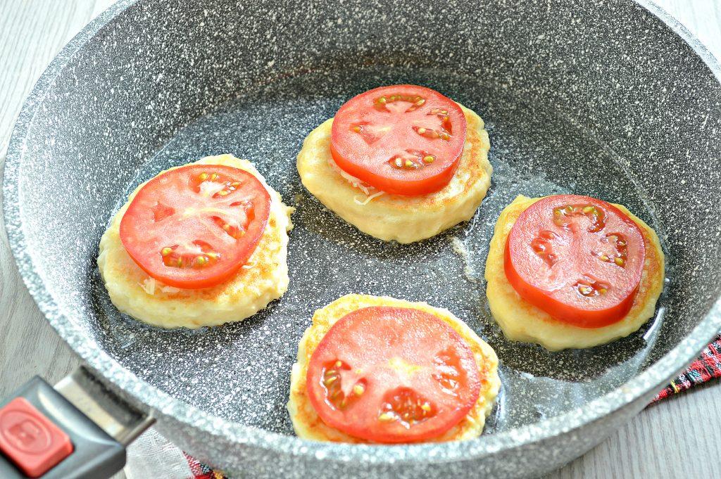 Фото рецепта - Оладьи из картофельного пюре с сыром и помидором - шаг 6