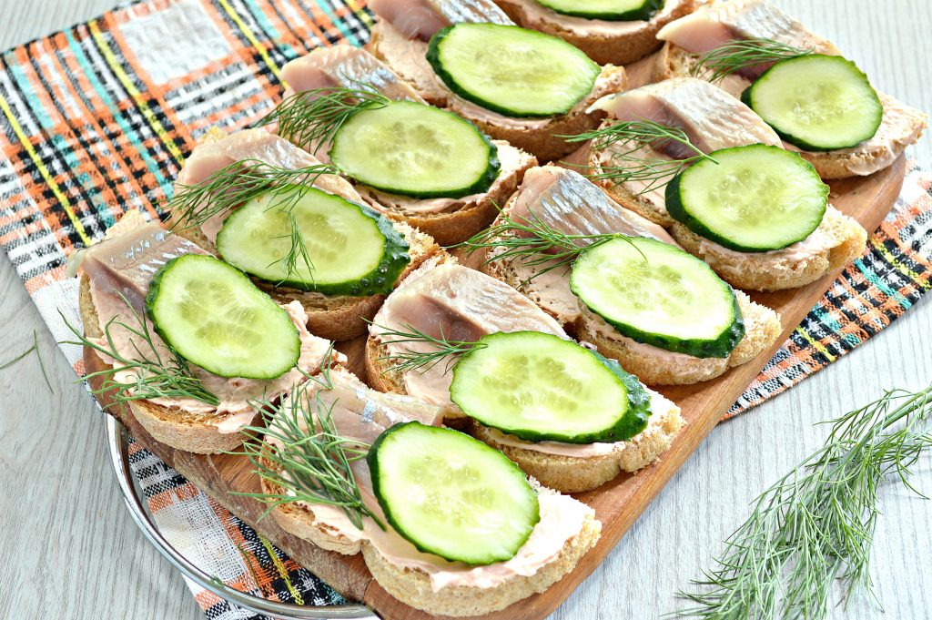 Фото рецепта - Бутерброды с сельдью и огурцом - шаг 6
