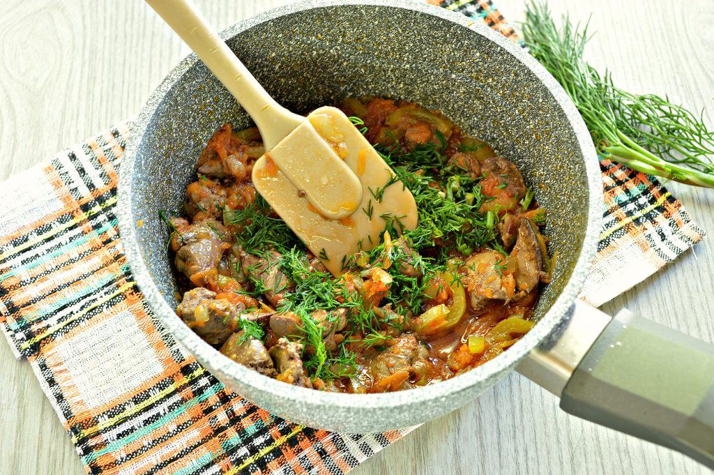 Фото рецепта - Куриная печень, тушенная с болгарским перцем и помидором - шаг 7