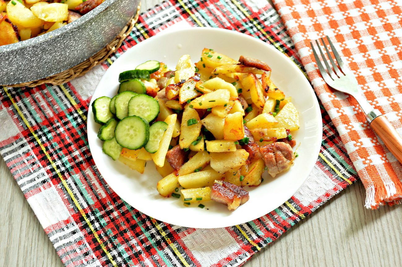 Жареная картошка со свининой на сковороде