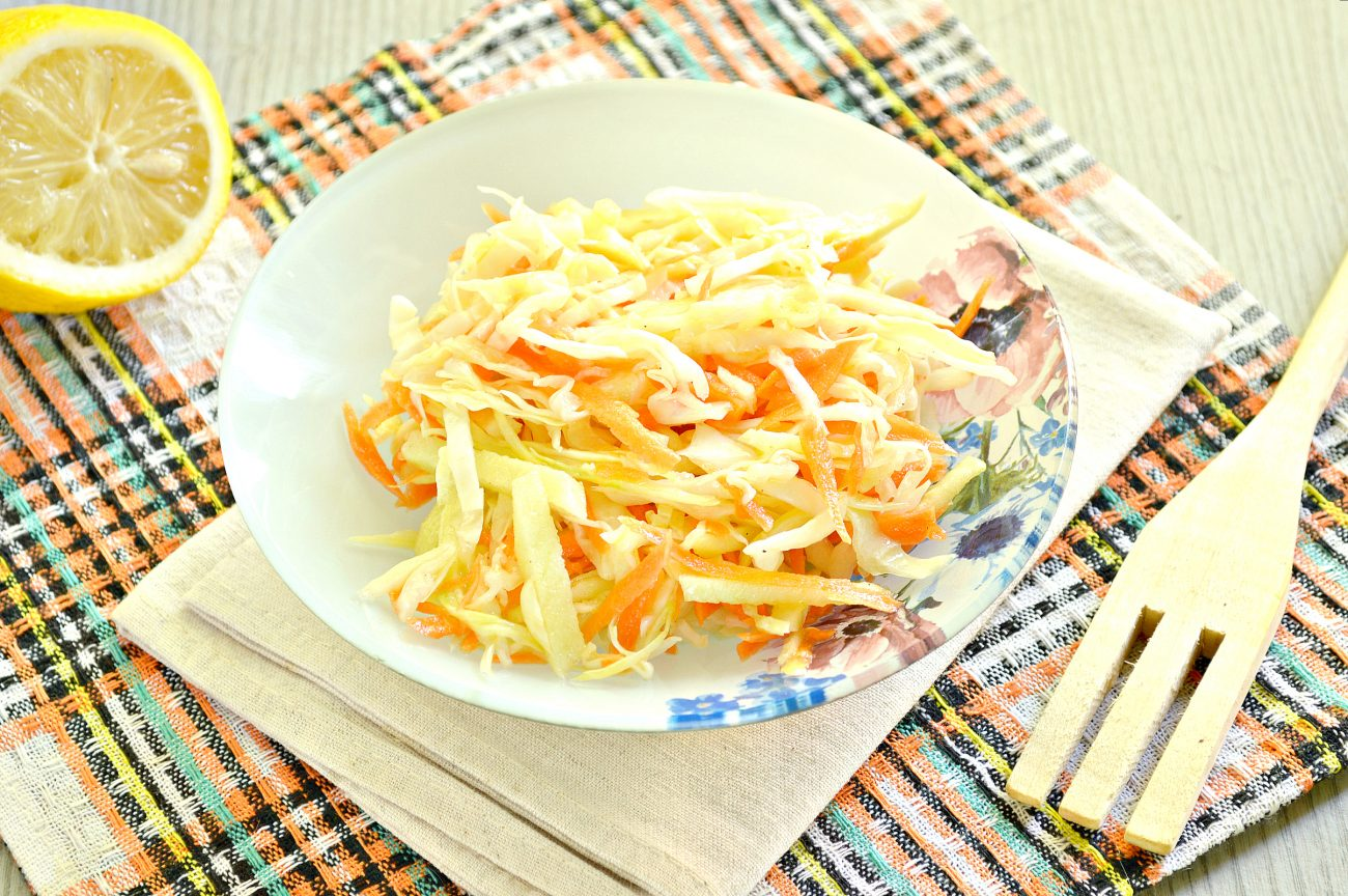 Капустный салат с яблоком, морковью и уксусной заправкой