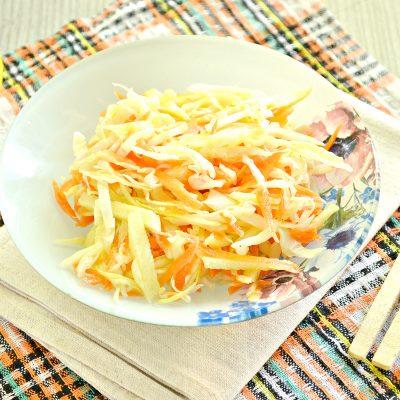 Капустный салат с яблоком, морковью и уксусной заправкой - рецепт с фото
