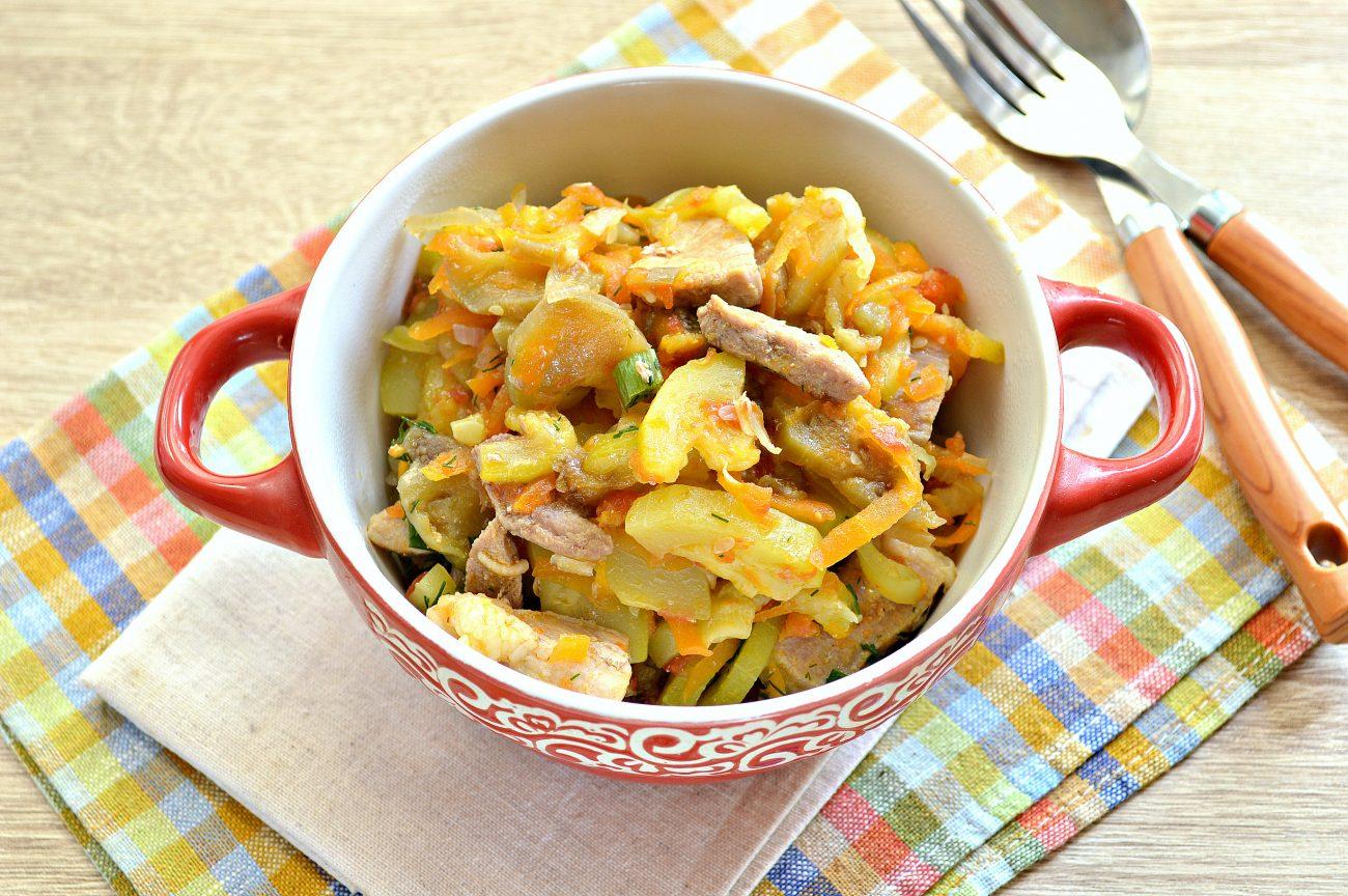 Свинина, тушеная с кабачками, баклажанами, помидорами и перцем (рагу)
