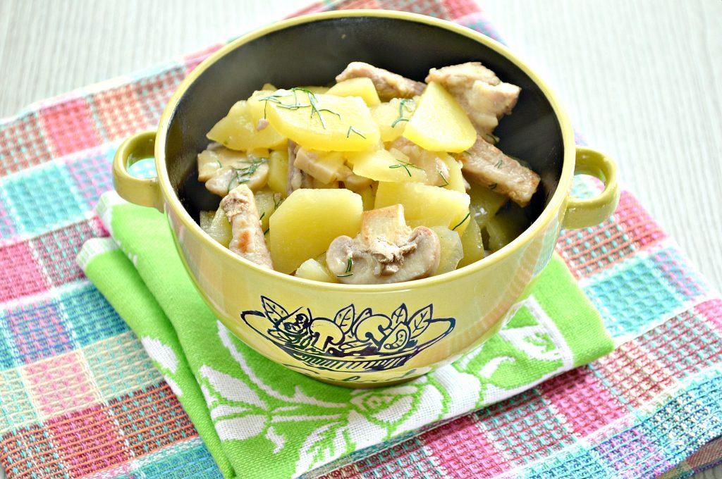 Фото рецепта - Свинина, тушенная с грибами и картофелем на сковороде - шаг 7