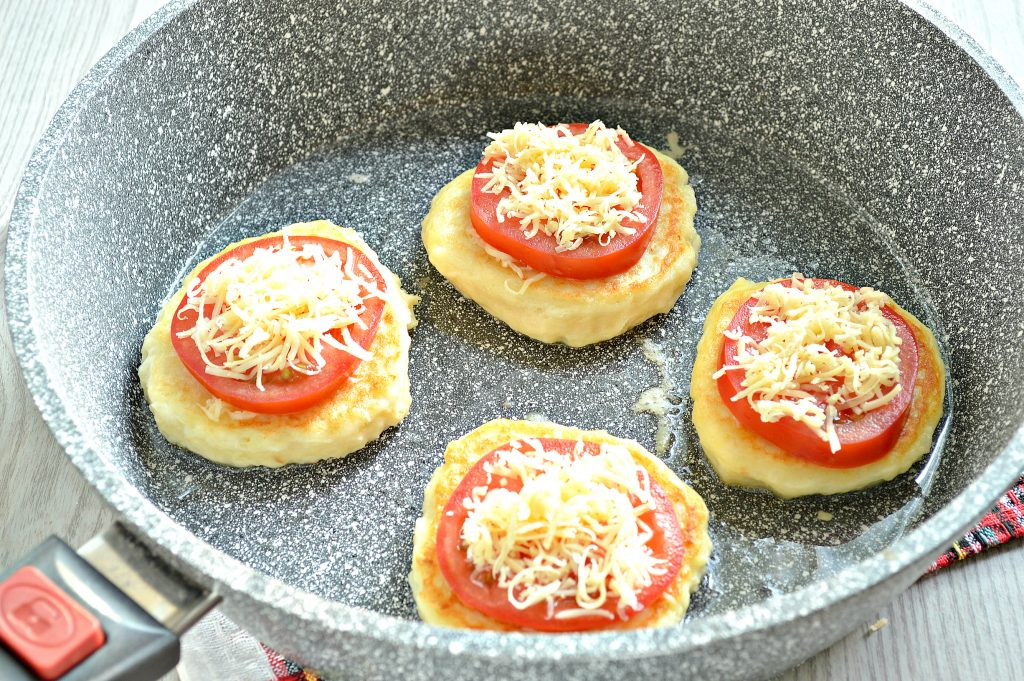 Фото рецепта - Оладьи из картофельного пюре с сыром и помидором - шаг 7