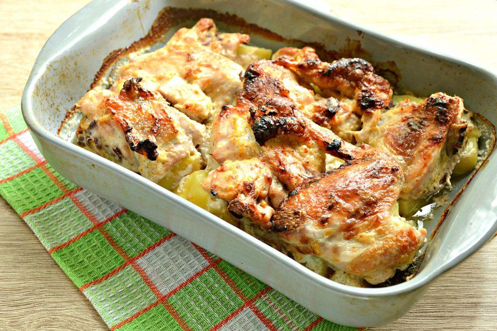Фото рецепта - Курица с картошкой, запеченная в сметане - шаг 7