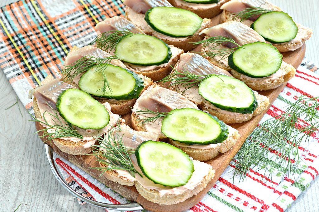 Фото рецепта - Бутерброды с сельдью и огурцом - шаг 7