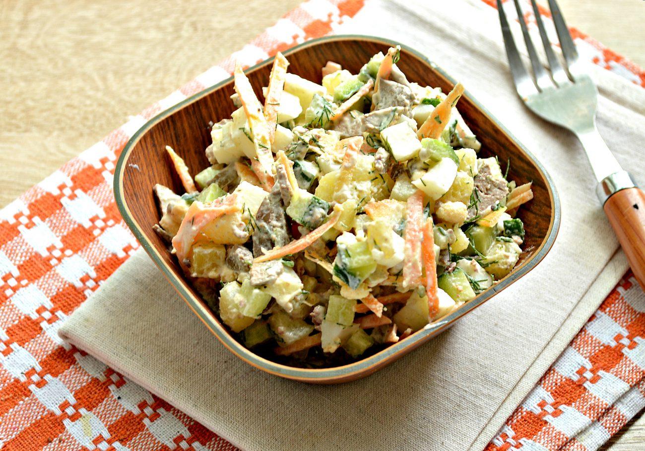 Картофельный салат с овощами и печенью
