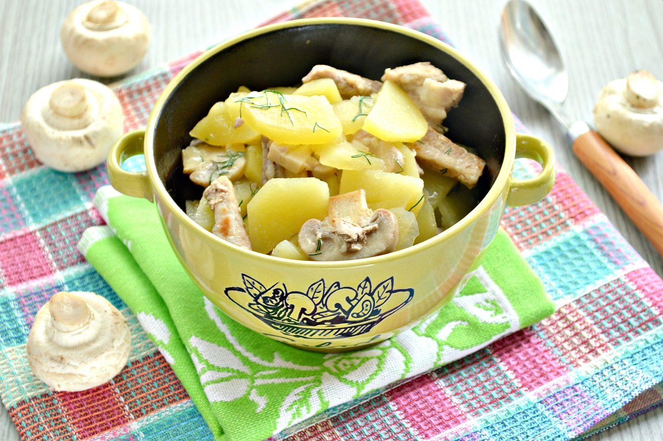 Свинина, тушенная с грибами и картофелем на сковороде