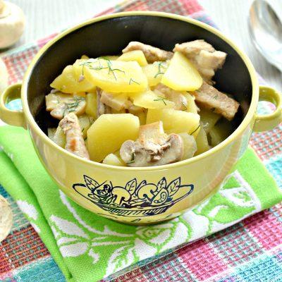 Свинина, тушенная с грибами и картофелем на сковороде - рецепт с фото