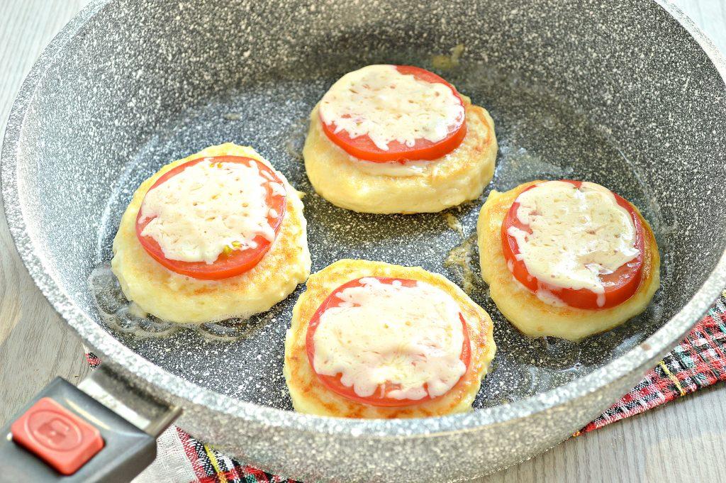 Фото рецепта - Оладьи из картофельного пюре с сыром и помидором - шаг 8