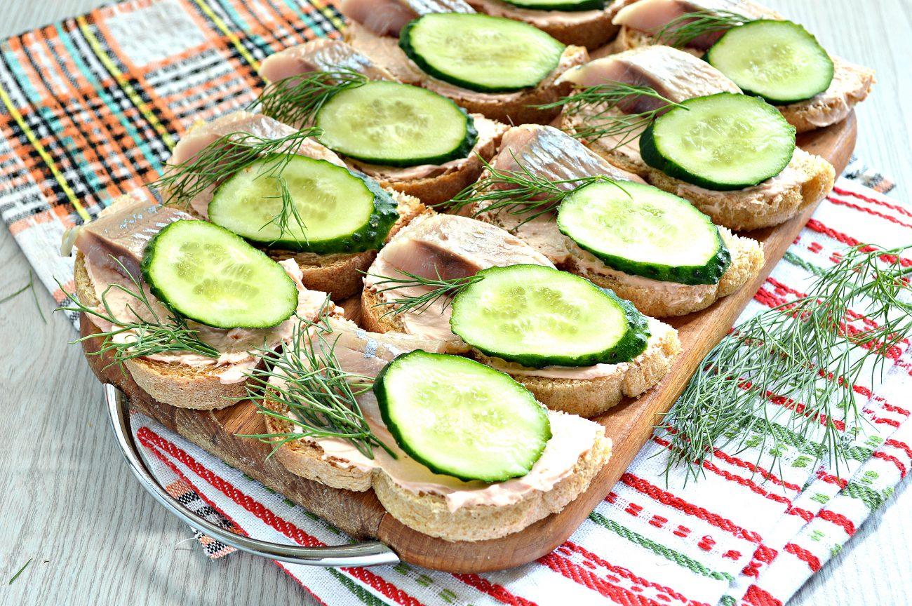 Бутерброды с сельдью и огурцом