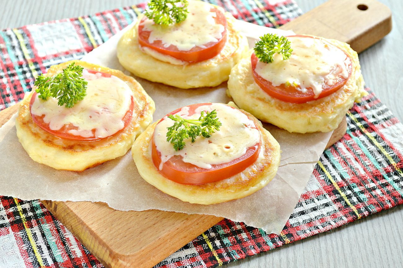 Оладьи из картофельного пюре с сыром и помидором