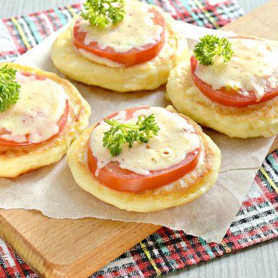 Оладьи из картофельного пюре с сыром и помидором - рецепт с фото